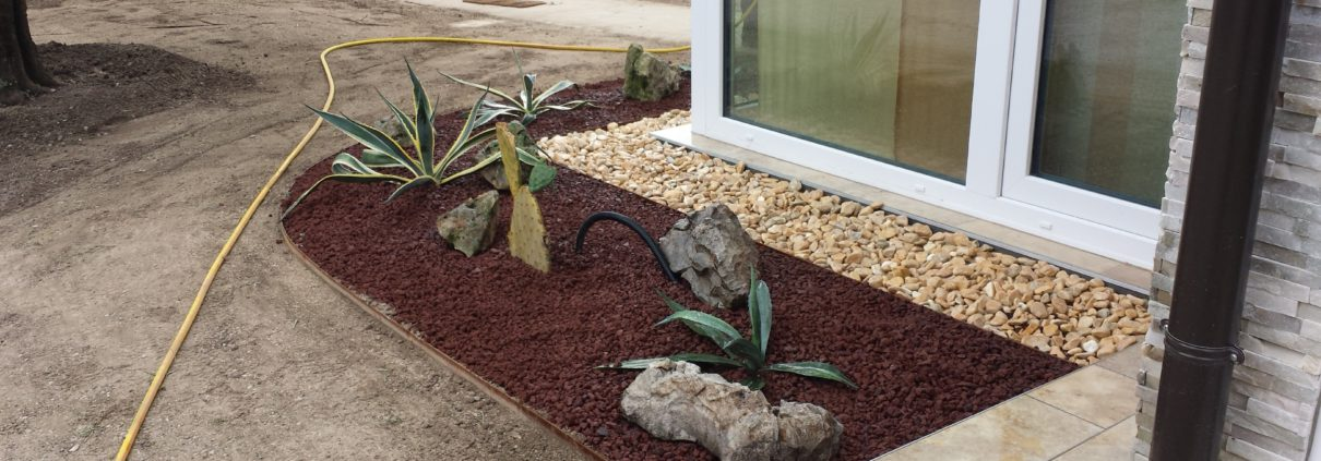Realizzata con agave, rocce, pacciamatura di lapillo vulcanico e ciottolo giallo